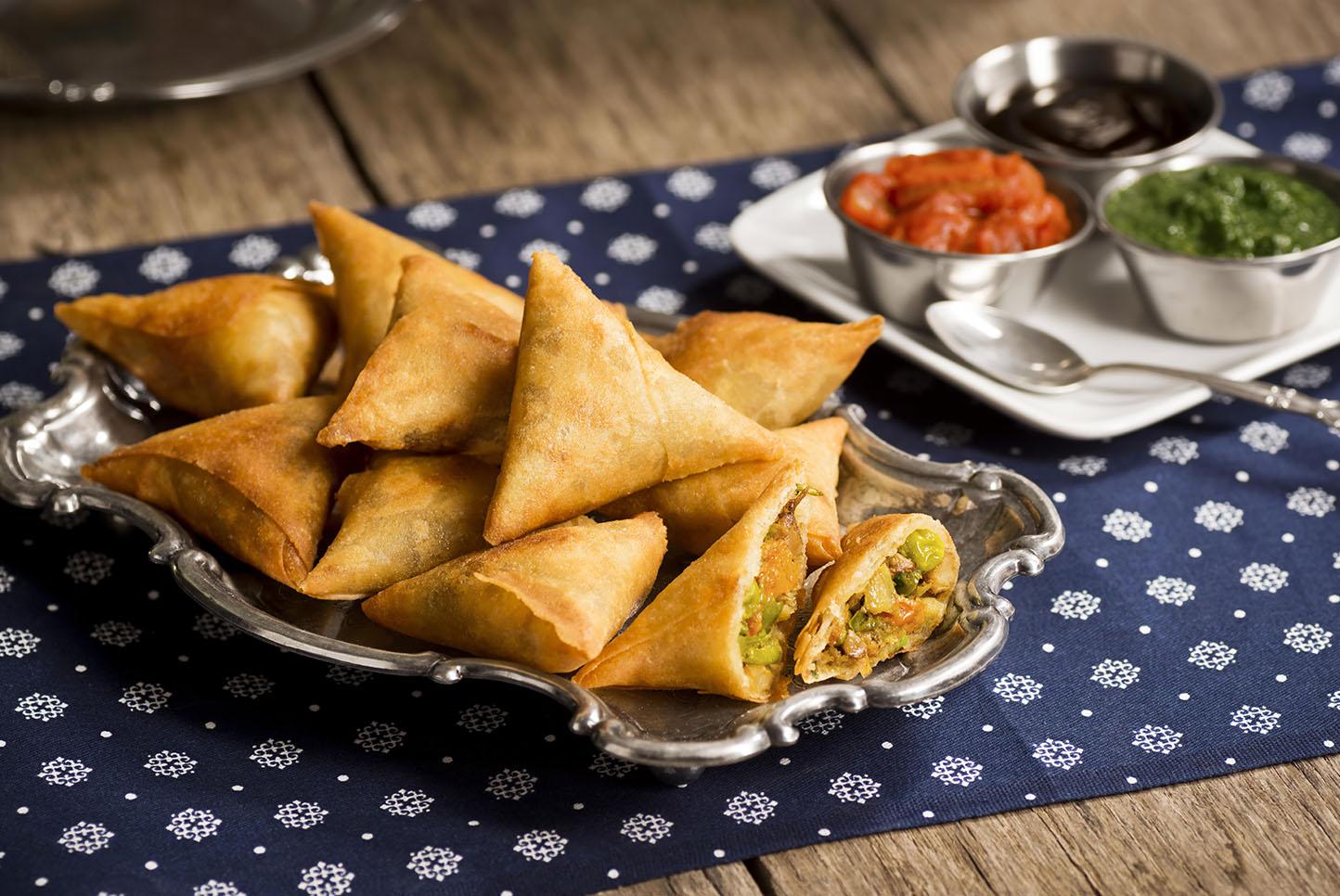 Samoussa samosa sambos samossas brik empadinha empada folhado frito salsa acompanhamento entrada petisco comida molhos